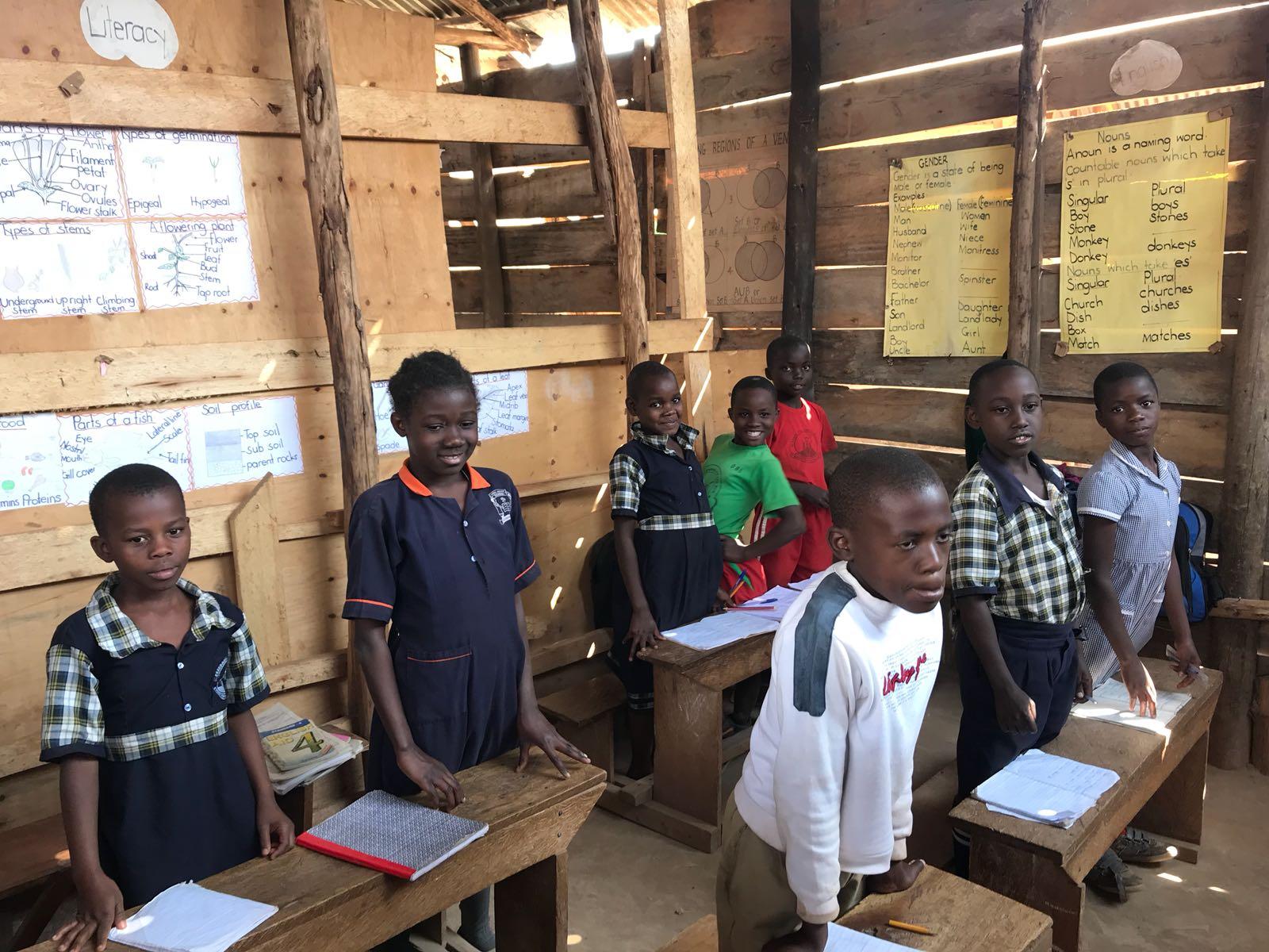 Toiletgebouw bij school geplaats in Oeganda